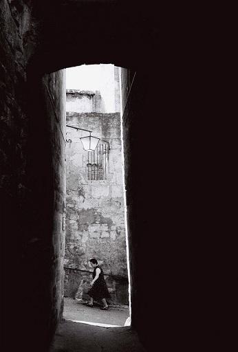 Femme entre les murs